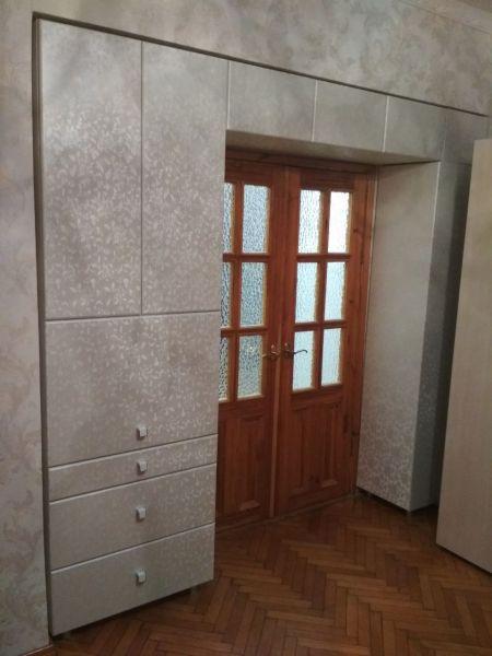 Шкаф-распашной-над-дверьми
