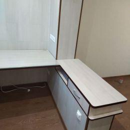 Компьютерный-стол-на-балконе
